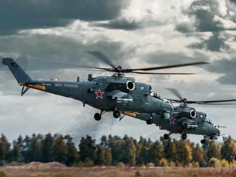 俄罗斯米-35M武装直升机维护时走火,炮弹正中一座公寓楼