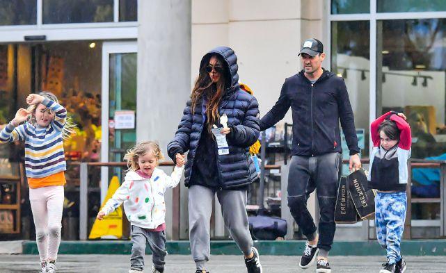 梅根·福克斯一家人休闲打扮外出购物,三个孩子一路狂欢好可爱