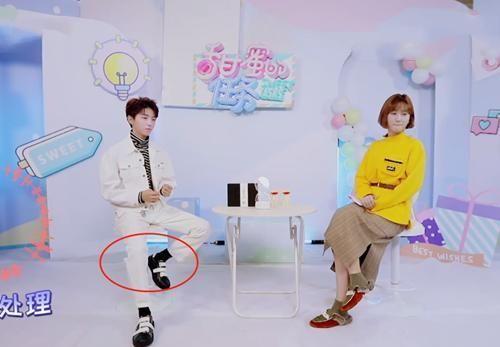 """有一种""""潮流""""叫王俊凯,袜子长出鞋子5cm,时髦还显腿长!"""