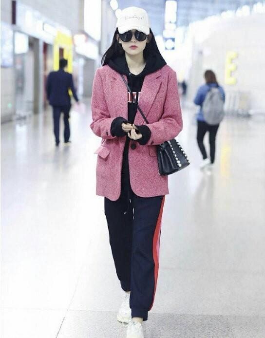 时尚的宠儿古力娜扎教你学穿搭,粉色外套加卫衣,让你减龄又时髦