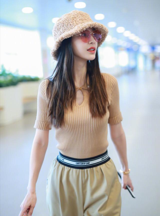 30岁女人还在穿卫衣?不显身材还老气,学学杨颖的春季穿搭吧