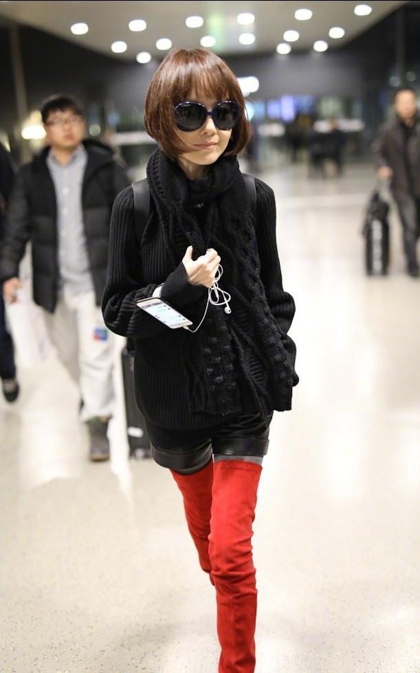 49岁鲁豫瘦过头,穿搭大红靴全是褶皱,1米64只有70斤