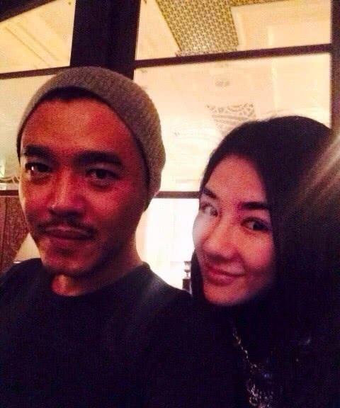 43岁黄奕与好友聚会照曝光,精致的锥子脸秒变网红既视感