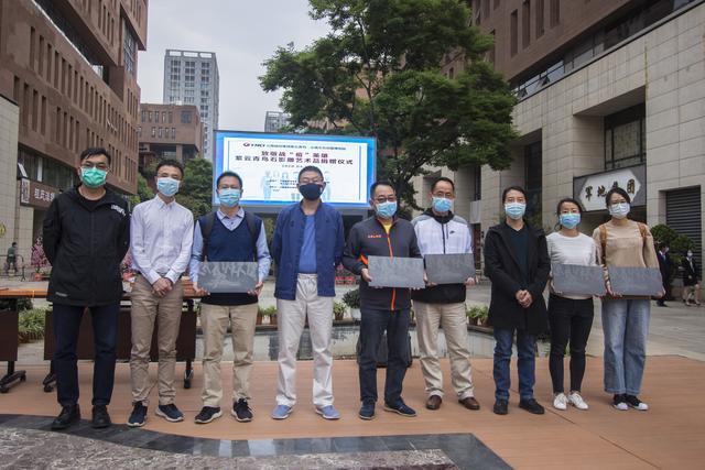 云南城投集团紫云青鸟向医务工作者捐赠抗疫纪念石影雕艺术品