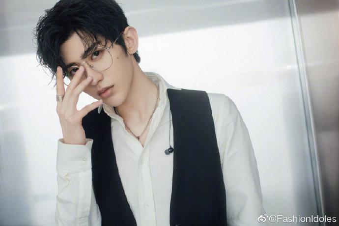 蔡徐坤金属边眼镜雅痞帅气,穿黑色西装马甲搭白衬衫,斯文又雅痞