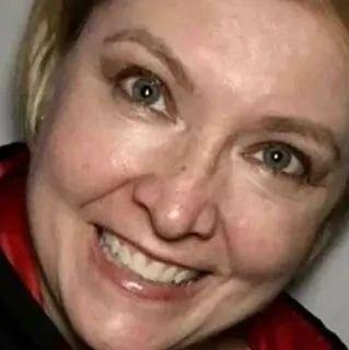 美国女护士自愿上前线后被感染,被发现在家中沙发上独自去世