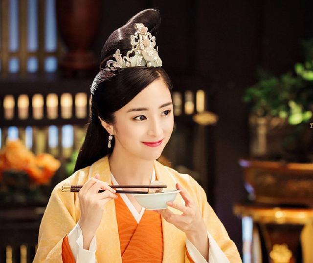 同样是面对粉丝接机,蔡徐坤暖心拒绝,而她却连头都不愿抬