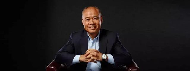 57岁体操王子李宁,满头白发与妻子差距大,公司市值600亿成潮流
