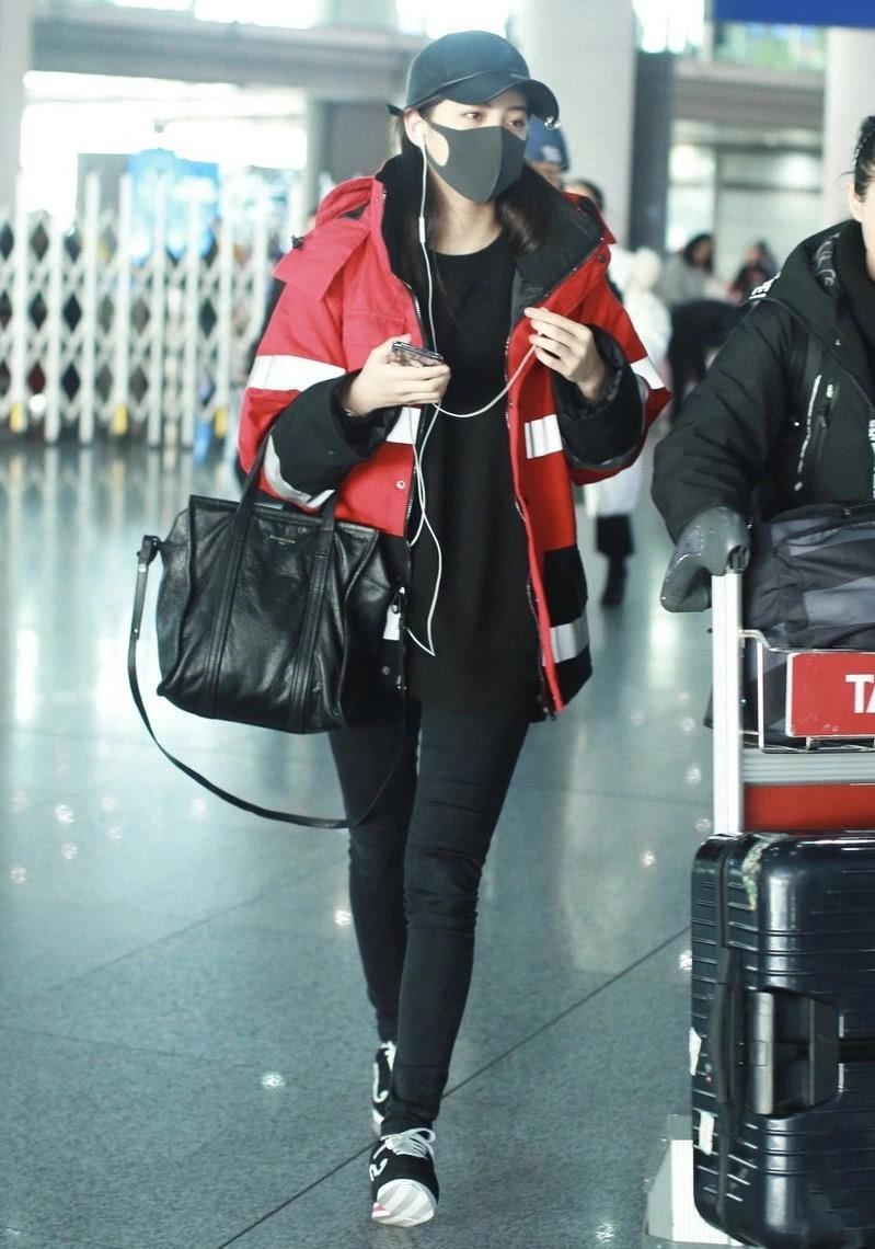 欧阳娜娜走机场,宽松穿搭挡不住好身材,看腿就知道还是少女