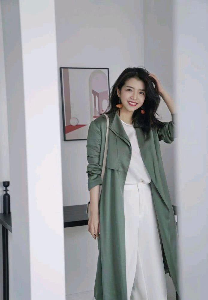 三木的高级穿搭来袭!淡墨绿色风衣搭配白色高腰直筒裤,清新显瘦