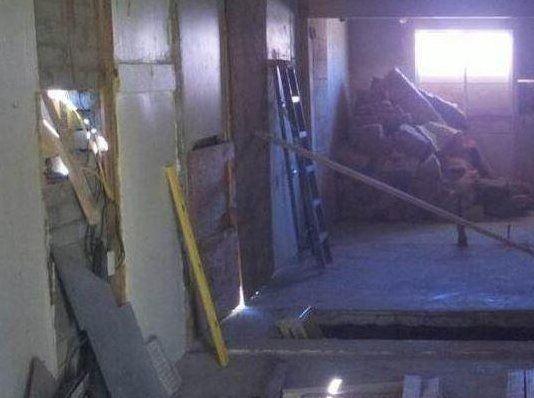 男子买廉价房发现地板下是空的,砸开后不淡定了!