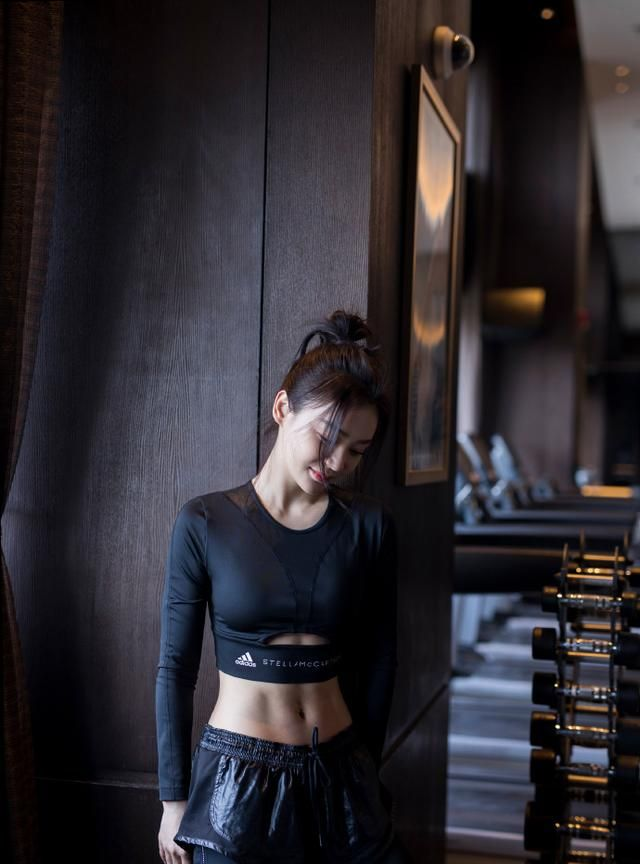 袁姗姗T恤穿一半不够,还把裤腰翻边穿露出内搭裤,为炫腹真拼了