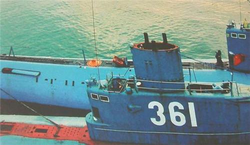渔民意外发现一潜艇,我军迅速赶到现场,打开舱盖后,众人落泪