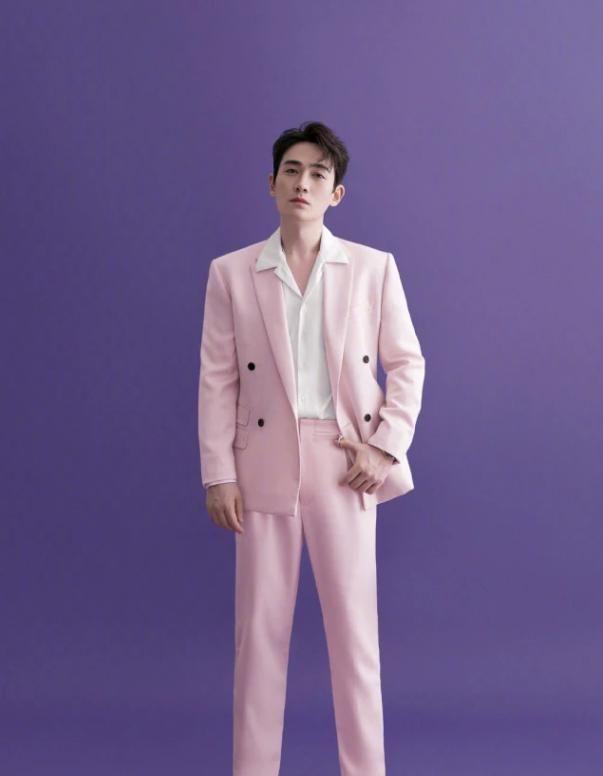谁看过穿粉色西装的朱一龙?引领时尚潮流,这才是一眼万年