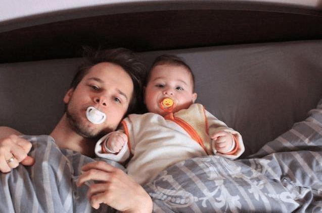 老爸带着孩子看电视,表情神同步,不愧是一家人!妈妈:基因太强