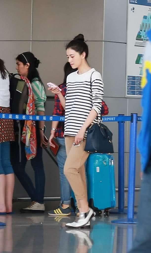 高圆圆穿条纹的T恤,下搭卡其色的卷边裤,打扮基础点气质就很好
