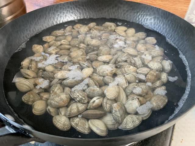 洗花蛤时,只会放盐就错了!大厨教你一招,花蛤吐沙又快又干净