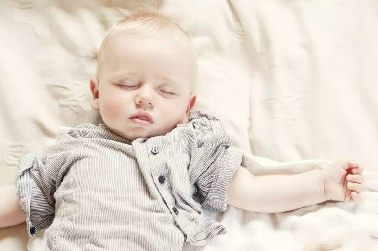 宝宝睡不踏实,放下就醒,新生儿的睡眠问题,教你轻松应对!