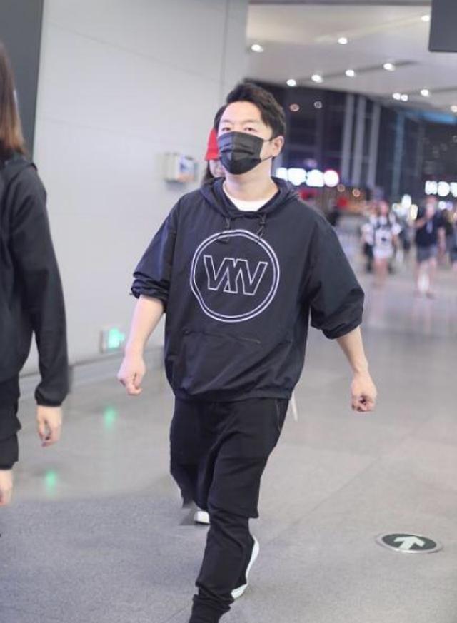 """黄渤也有""""潮男范"""",穿哈伦裤机场迈大步"""