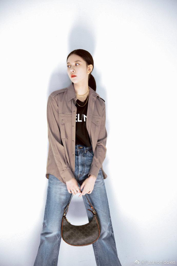 宋妍霏穿圆领T恤搭军旅风衬衫,酷飒有型,满满的帅气嘻哈风