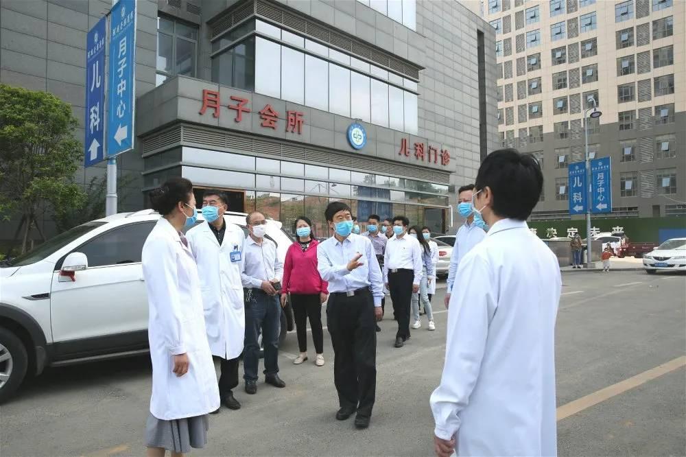 国际劳动节信阳市委书记乔新江莅临河南圣德医院看望慰问医护人员