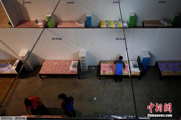 """当地时间4月24日,新加坡樟宜展览中心改造成""""方舱医院"""",这里将接收新冠轻微症状患者。"""