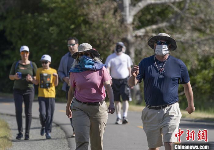 """当地时间5月4日,美国旧金山湾区市民在圣马特奥县索耶营地步道上享受阳光。当日,湾区""""居家令""""开始适度""""松绑"""",部分行业和设施重新开放。 中新社记者 刘关关 摄"""