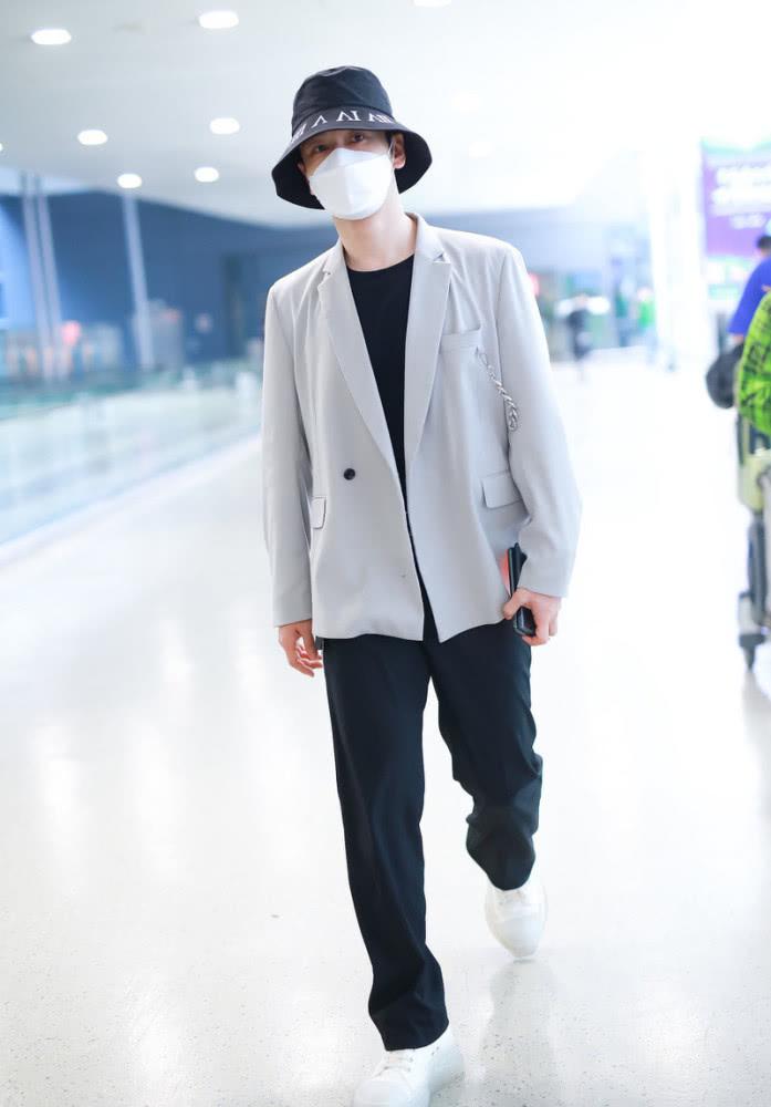 """黄晓明带火了新潮流,""""去油装""""真减龄,灰西装穿成时尚""""小伙"""""""
