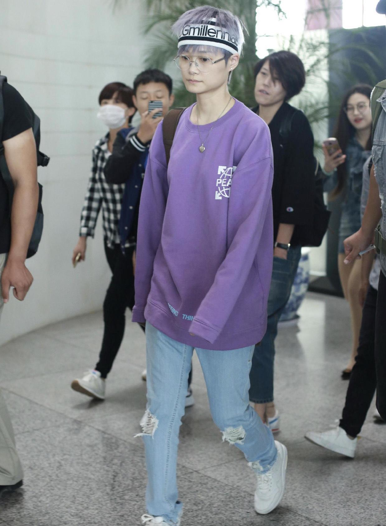 李宇春还是那么帅气个性,紫色卫衣搭配破洞裤潮流洒脱,中性飒爽