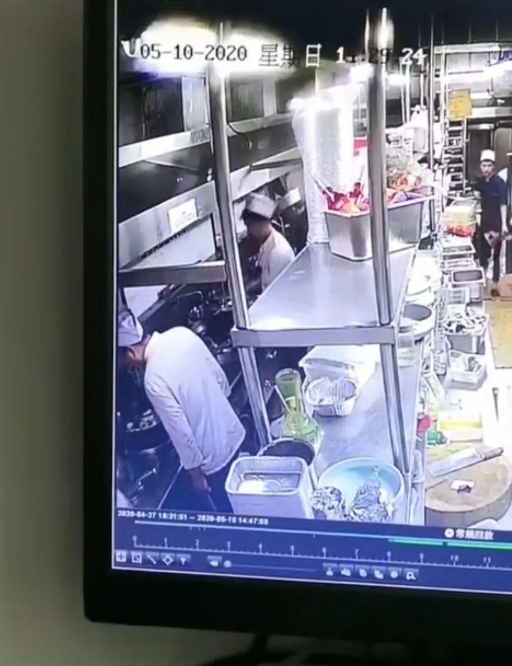 厨师向菜锅吐口水 苏福记一门店将被吊销经营许可证