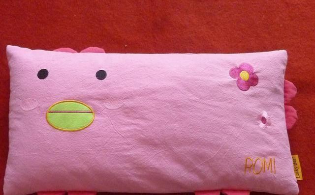 婴幼儿不能过早用枕头,但当孩子出现3种信号时,就该用枕头了