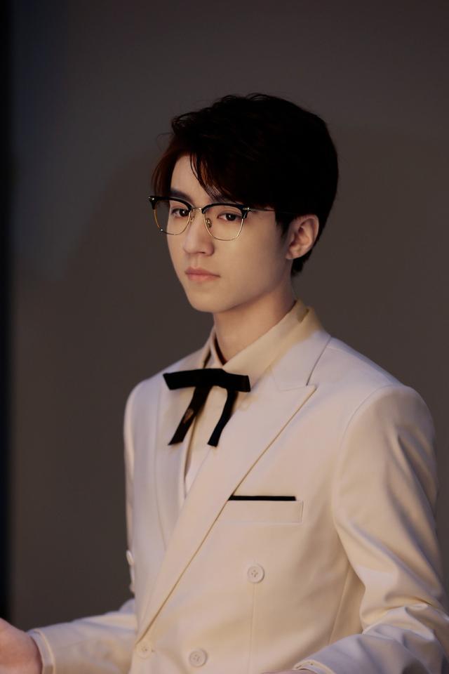 王俊凯吴磊大胆挑战颜色搭配,青春阳光,帅气时尚,很有潮男范儿