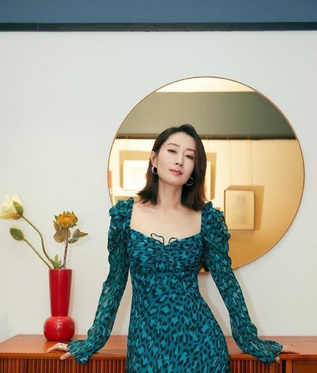 刘敏涛私服,深蓝波点西装配深灰连衣裙优雅时尚