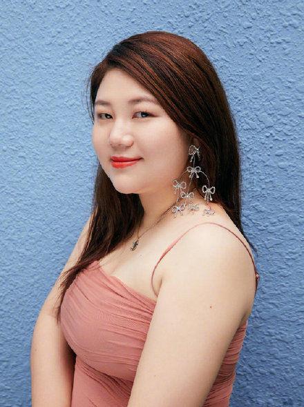 杨天真晒最新造型,橘粉色鱼尾裙亮了,走时尚路线了?