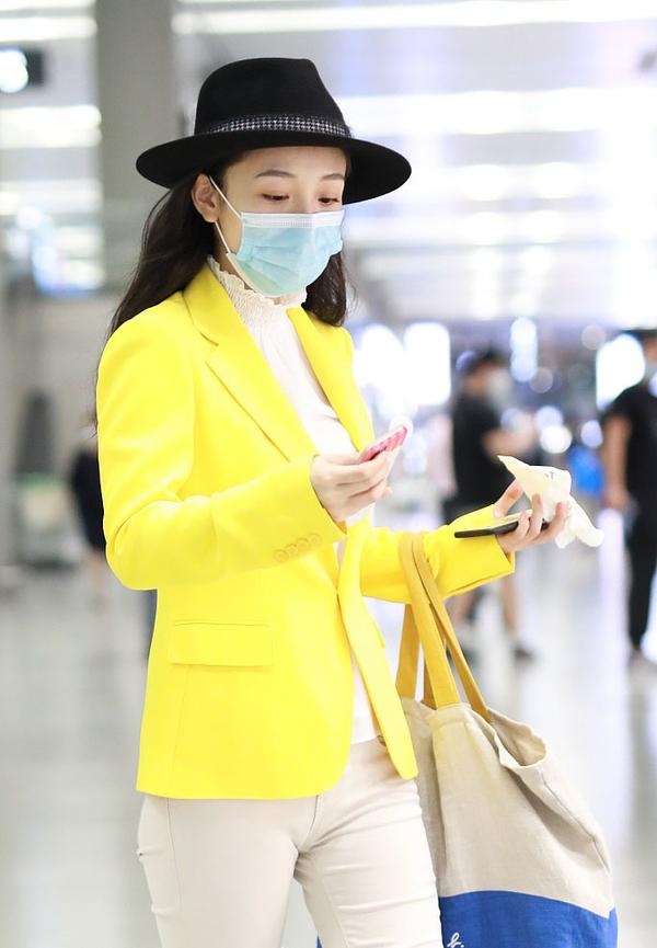 荧光色西装如何穿?吴倩最新造型太辣眼,张馨予演绎正确穿搭方式