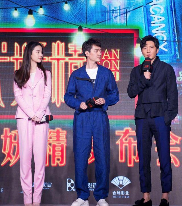 冯绍峰当爸后更有男人味,穿工装外套内搭白T恤流行,简直太Man