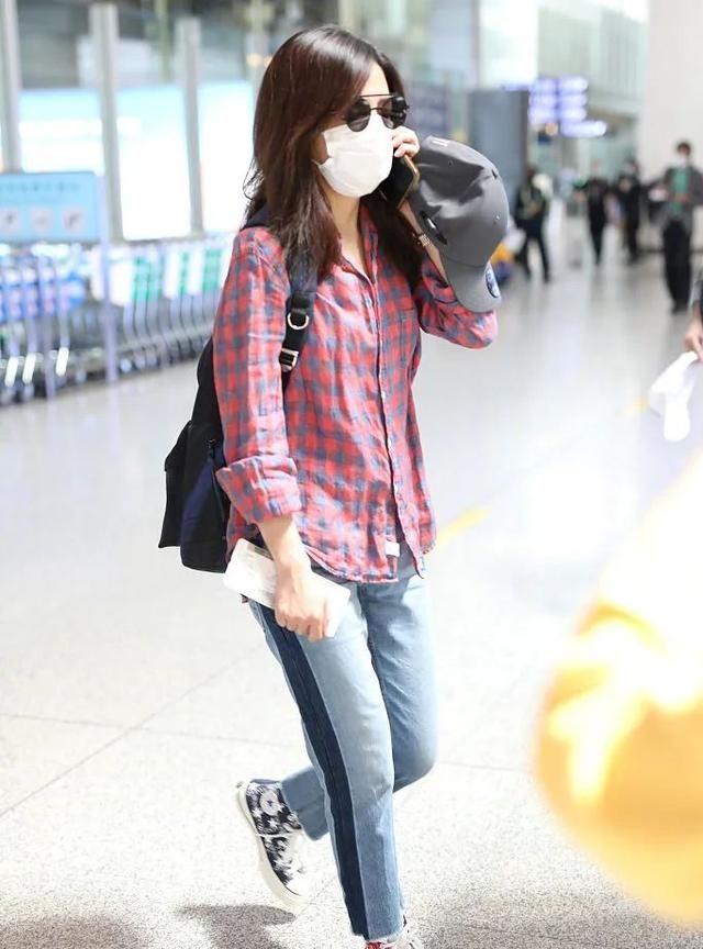 赵薇私服穿搭真朴实,格子衬衫配牛仔裤,一点女明星包袱都没有