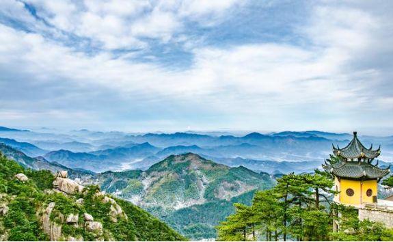 安徽香火旺盛的寺庙,鼎立于1300多米的山巅,坐落于九华山