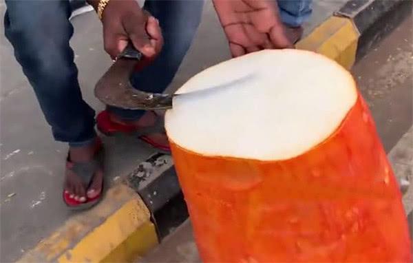 印度街头新奇水果,一个可以卖一周,镰刀刮下来薄薄一片很解渴