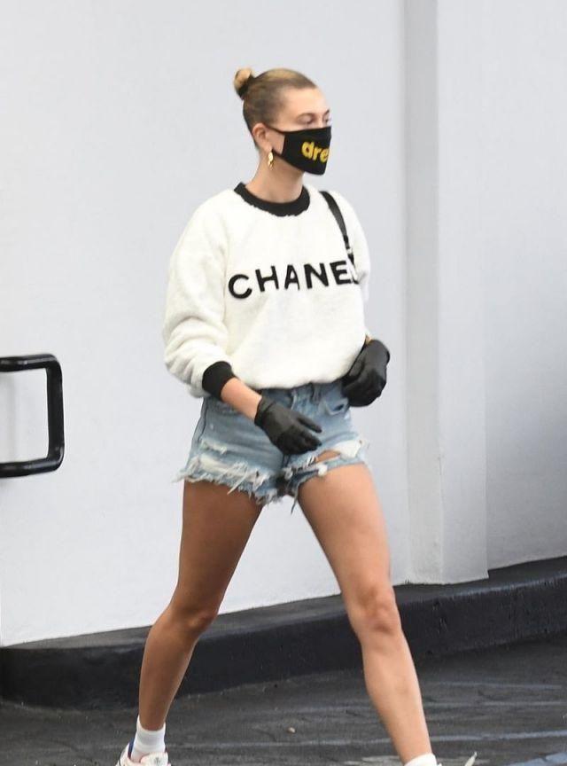 海莉·鲍德温穿香奈儿白上衣搭配牛仔热裤,秀出完美大长腿