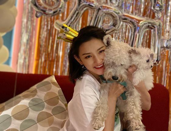 """宋祖儿是有多自信?生日晒出""""无修图"""",和宠物狗合照超有爱"""