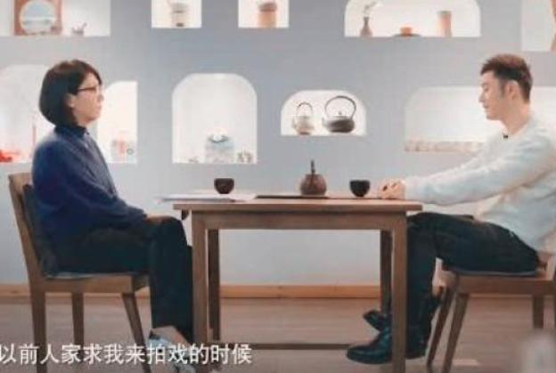 """42岁黄晓明首次率直,""""无戏可拍处处求人"""",一脸无奈很难熬!"""