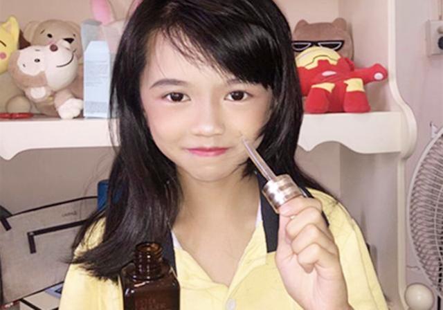 """10岁女孩用""""神仙水""""抗衰老?带妆上课,网友:你家长知道吗?"""