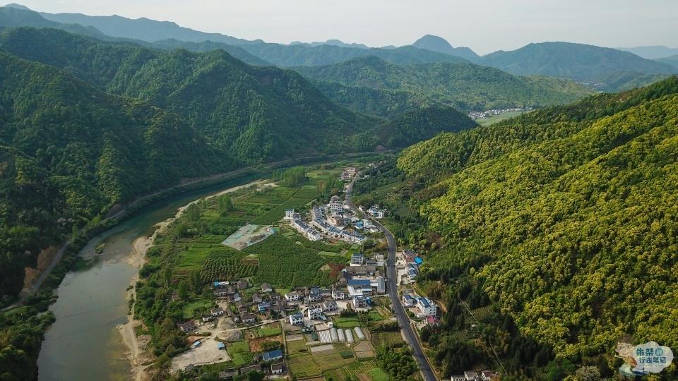 """浙江一景区,被称为""""小梁山"""",招牌看点却不是山,而是百道飞瀑"""