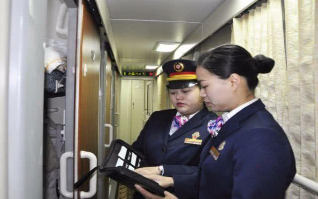 乘坐火车卧铺时,为什么乘务员要换走车票?扫地阿姨是这么说的