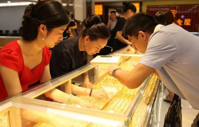 《【万和城代理平台】豪门明珠周大福遭遇滑铁卢,十年最差业绩,净利润大跌36.6%》