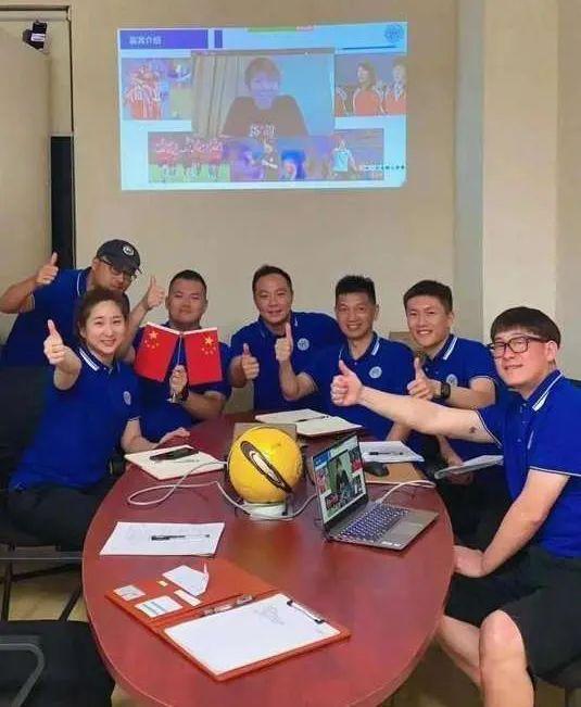 同济大学国际足球学院推出《足球文化赏析与裁判法》,图为课程教师团队与云顶女主持人留影。