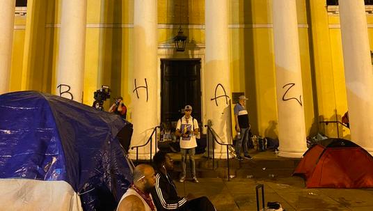 """圣约翰教堂柱子上被喷涂""""黑宫自治区""""字样 图源:社交媒体"""