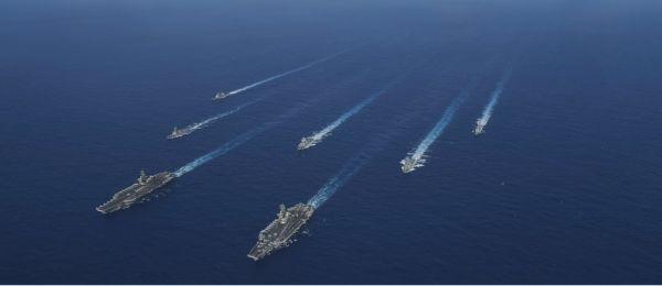 """23日,美军""""西奥多·罗斯福""""号航母战斗群和""""尼米兹""""航母战斗群在菲律宾海展开联合行动(美国海军网站)"""