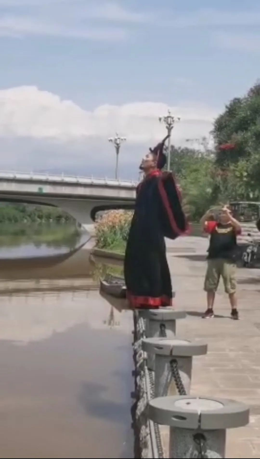 ▲6月23日,猴哥在海河边模仿屈原跳江。视频截图